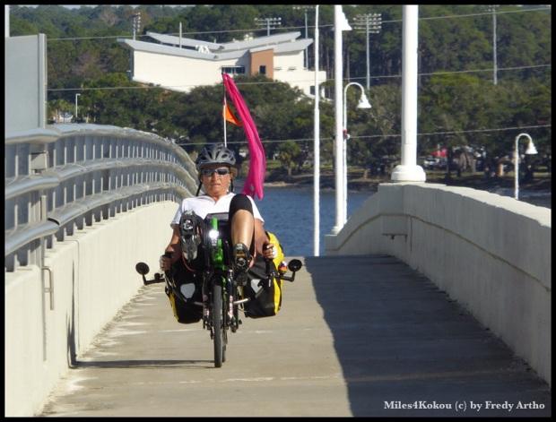 Die Luft nach steiler Brückenauffahrt bei Barbara zwar drausen aber der Hinterreifen hält dicht.