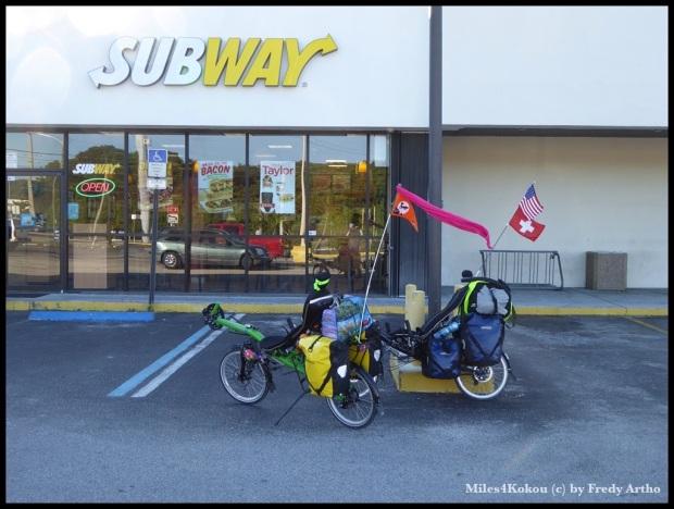 schon bald ein Ritual: Sandwichbunkern für unterwegs