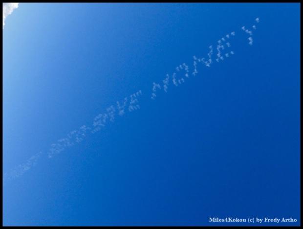 5 Flugzeuge haben das in den Himmel geschriegen. (Kontrast im Bild für bessere Lesbarkeit erhöht)