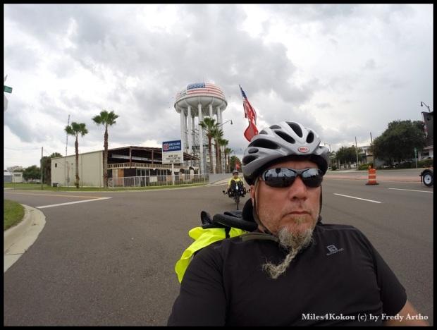 Konzentriert auf der Strasse. Wasserturm im Hintergrund beachten: Ja wir sind in Amerika!