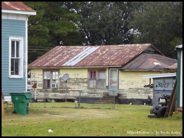 Auf dem Land sieht mal viele sehr einfache Häuser.