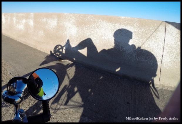 Der Schattenfahrer auf der Brücke.
