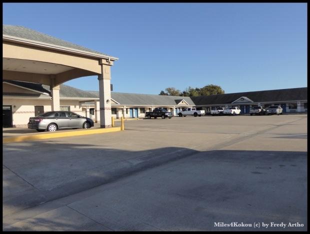"""So sehen meine Motels in der Regel aus. Viel Platz für die Autos und oft ausgebucht, da die """"Wanderarbeiter"""" hier wochenweise in grösseren Gruppen wohnen."""