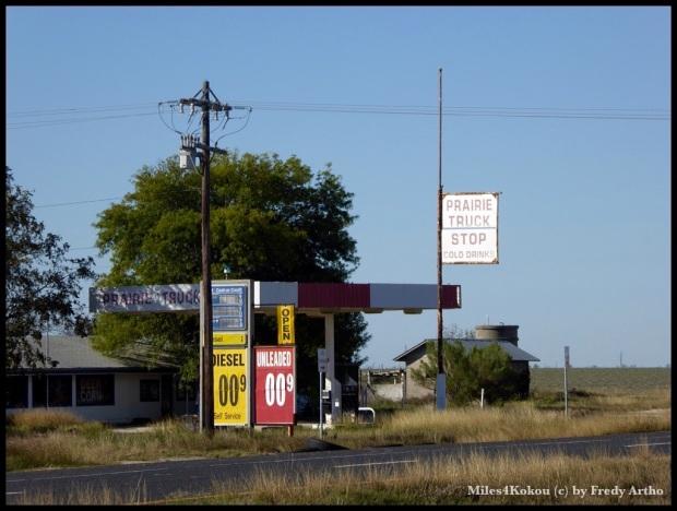 Verlassene Tankstelle am Strassenrand. Ob er durch die günstigen Benzinpreise ruiniert wurde?