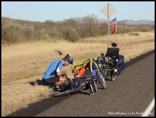 Auch das noch! Kurz vor dem Ziel hatte Kyle seinen ersten Platten auf der Reise. Nicht schlecht mit vier Rädern. Er fährt: Schwalbe Marathon plus, Kenner wissen das zu schätzen.