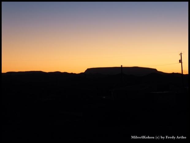 Es wurde bald dunkel und ruhig in der Wüste.