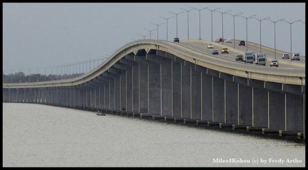 "Die elegant geschwungene Brücke über die ""Bay St. Louis""."