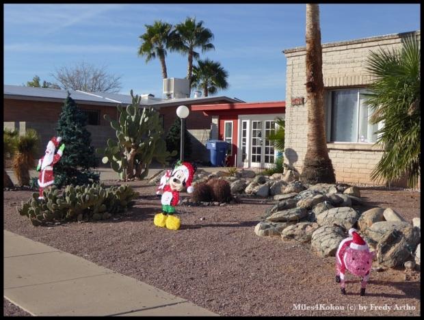 Weihnachtsdeko in der Wüste.