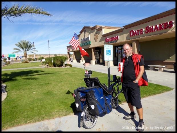 """Eine Frau aufder Fahrt von Tucson nach San Diego wollte dieses Foto von mir am Rastplatz machen. Wir haben etwas geplaudert und sie war wie viele """"beeindruckt"""" von meiner Fahrt."""