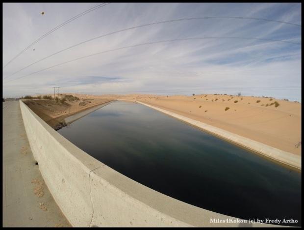 """Mitten durch die Sandlandschaft führt der """"All American Canal"""" der das Coloradowasser zu den Feldern in Kalifornien und Arizona leitet."""