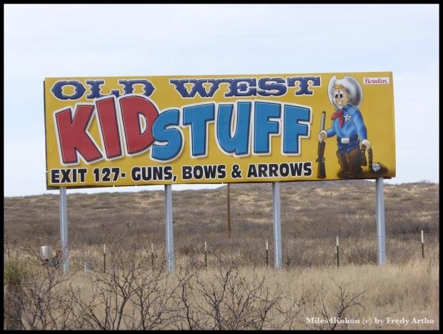 Werbung an der Autobahn. Kinderspielzeug: Gewehr, Pfeil und Bogen, Wilkommen in Amerika!