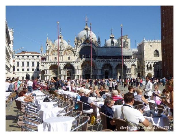 Volle Piazza San Marco, trotzdem hätte es noch Platz im Café.