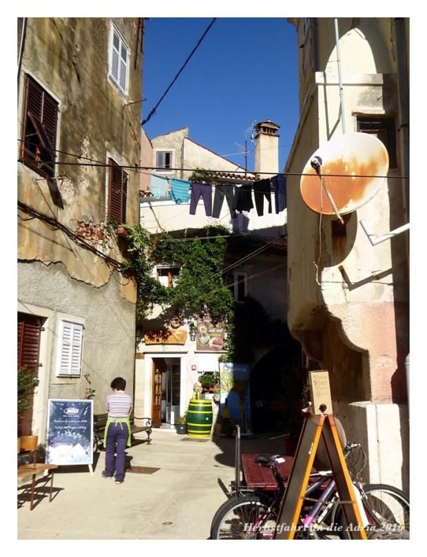 Kleine Läden in jedem Winkel. Hier gibt's gute Weine und feinstes Olivenöl. Leider ist das mit dem Transport bei Velotouren etwas eingeschränkt.
