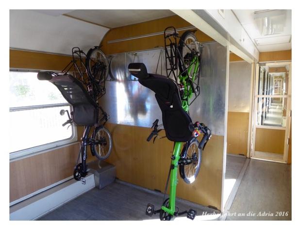 Auch Liegerädern passen an die Velohaken im Zug